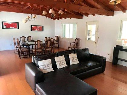 La amplia sala de estar, que también cuenta con un comedor