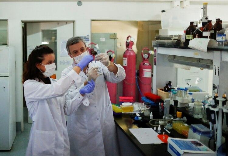 Luciana Larocca, del CONICET y Santiago Webajh,de la Fundación Pablo Cassara (Foto: Reuters)