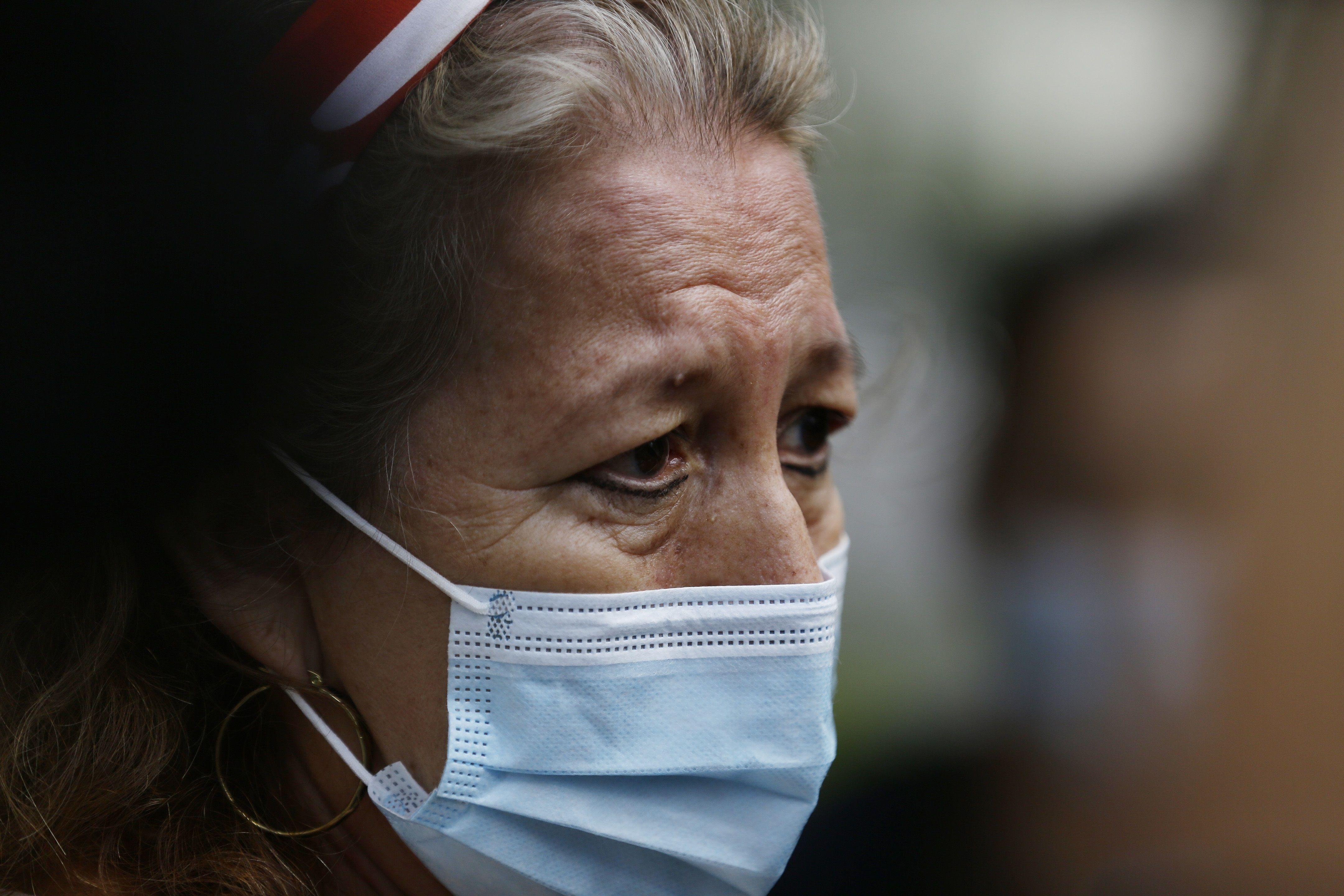 Rosibel Emérita Arriaza, madre de la salvadoreña Víctoria Salazar quien murió al ser sometida por la policía en México, reacciona tras abandonar una reunión hoy, en Cancillería, en San Salvador (El Salvador). EFE/ Rodrigo Sura