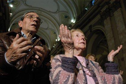 Fieles oran en la Catedral de Buenos Aires. Foto: Fernando Calzada.