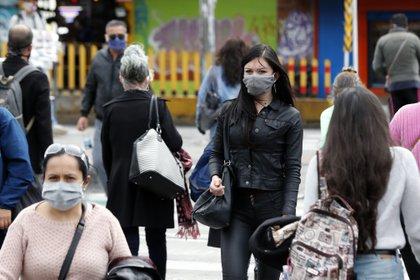 Ciudadanos recorren las calles este viernes durante la cuarentena por el coronavirus en Bogotá (Colombia). EFE/ Mauricio Dueñas Castañeda
