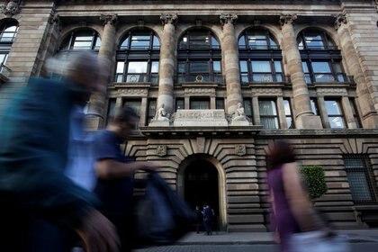 Imagen de archivo. Gente camina frente al edificio del banco central de México en el centro histórico de la capital de ese país. 28 de febrero de 2019. REUTERS/Daniel Becerril