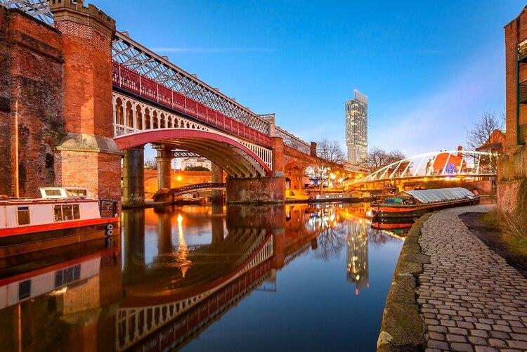 Una de las ciudades más amigables de Inglaterra es Manchester, gracias a su ambiente exuberante y una mezcla multicultural de residentes. Quizás esa sea la razón por la cual las personas aquí reportan tan alto interés sexual y niveles de satisfacción