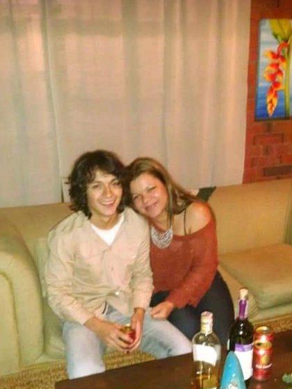 Andrés Petro junto a su madre Mary Luz Herrán.