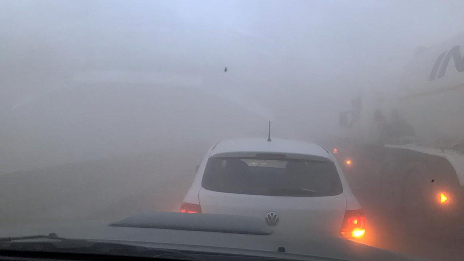 Poca visibilidad en las calles mendocinas por el viento Zonda (Twitter: @maxiviale)