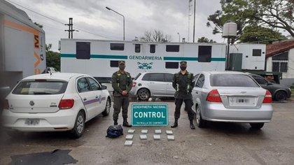 Una mujer de 41 años que viajaba con sus dos hijos fue detenida con 62 kilos de cocaína oculta en un doble fondo de su auto