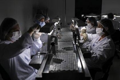 La mayor incógnita hoy gira en torno a las vacunas que se desarrollaron, ¿servirán para esta nueva mutación?  (REUTERS)