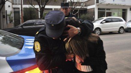 Nahir Galarza es tapada por una policía durante su llegada a los tribunales de Gualeguaychú (Ricardo Santellan)