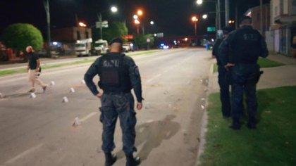 Policías en la escena del crimen de Luisina. En la zona, las viejas bandas siguen vivas.