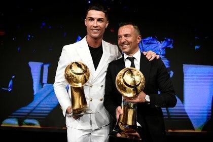 Cristiano Ronaldo y su representante Jorge Mendes, en la entrega de los premios Globe Soccer en Dubai, en diciembre de 2019 (Fabio Ferrari/REUTERS)