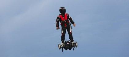 Franky Zapata es el inventor de esta patineta voladora, previamente había creado la patineta propulsada por agua
