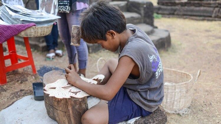 Resultado de imagen para niños trabajando para poder sobre vivir