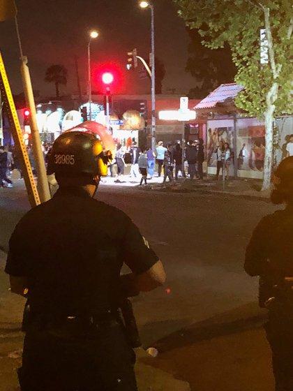 Oficiales de la policía de Los Ángeles debieron disparar balas de goma para dispersar al público