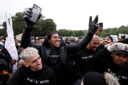 Joshua con el público en las protestas contra el racismo (REUTERS/Paul Childs)