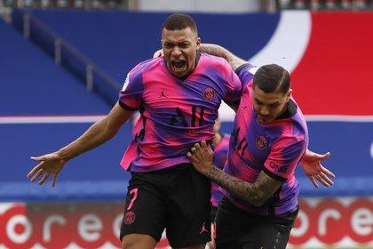 El festejo de Kylian Mbappe con Mauro Icardi en la angustiosa victoria del PSG. Foto: REUTERS/Christian Hartmann