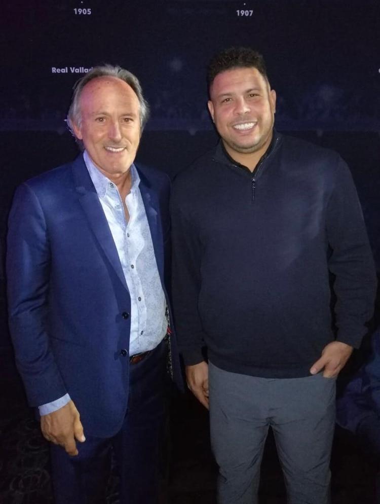 Guillermo Bassignani, presidente de AureliaTech, con la estrella del fútbol mundial, Ronaldo Nazário, actual dueño del Real Valladolid y uno de los protagonistas del Sports Summit México 2020 (Infobae)