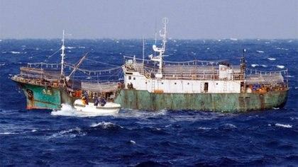 Uno de los pesqueros a la deriva: en su interior había solo tres sobrevivientes y una decena de esqueletos