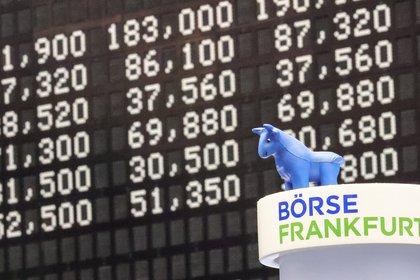 Vista del muñeco de un toro junto a los resultados de los índices en la Bolsa de Valores de Fráncfort. EFE/ARMANDO BABANI/Archivo