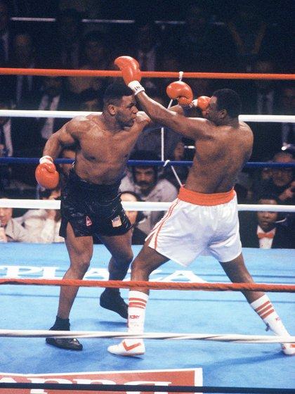 Mike Tyson en el triunfo por KO ante Larry Holmes en 1988 (Foto: Shutterstock)
