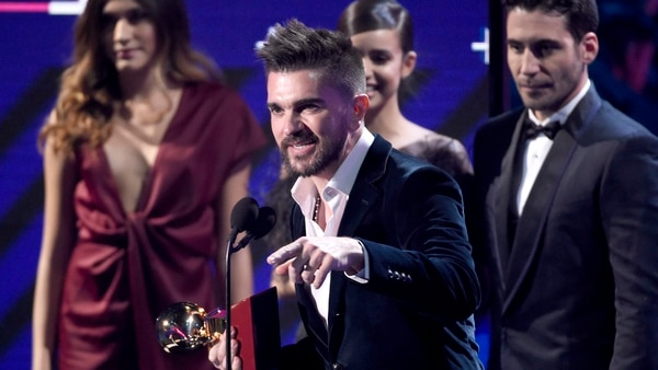 "Juanes accepts the award for best pop/rock album for ""Mis Planes Son Amarte"" at the 18th annual Latin Grammy Awards at the MGM Grand Garden Arena on Thursday, Nov. 16, 2017, in Las Vegas. (Photo by Chris Pizzello/Invision/AP)"