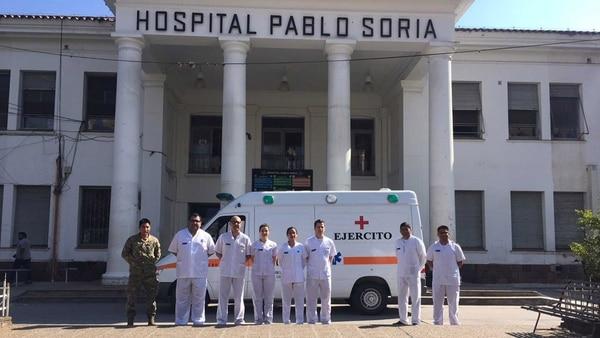 Los médicos militares en la entrada del Hospital Pablo Soria de San Salvador de Jujuy. Foto: Gentileza Estado Mayor Conjunto de las Fuerzas Armadas.