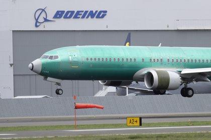 ARCHIVO – En esta fotografía de archivo del 10 de abril de 2019, un avión Boeing 737 Max 8 aterriza tras un vuelo de prueba en las instalaciones de la compañía en Seattle. (AP Foto/Ted S. Warren, archivo)
