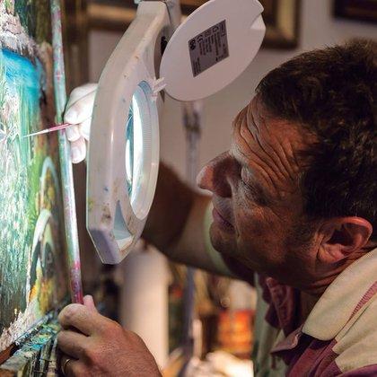 Las pinturas hiperrealistas son la principal actividad del supuesto hijo perdido del capo Pablo Escobar.