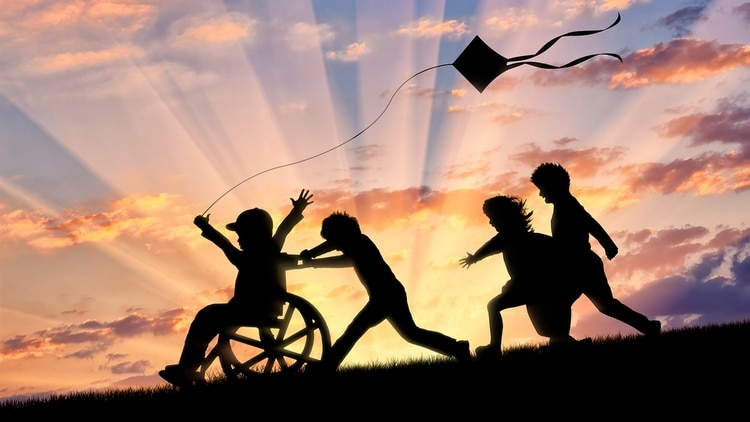 El deseo de los padres del pequeño con atrofia muscular, es que su pequeño pueda jugar en las plazas del barrio sin dificultades (Shutterstock)