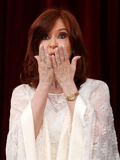 Cristina saluda antes de jurar como vicepresidenta de la Nación