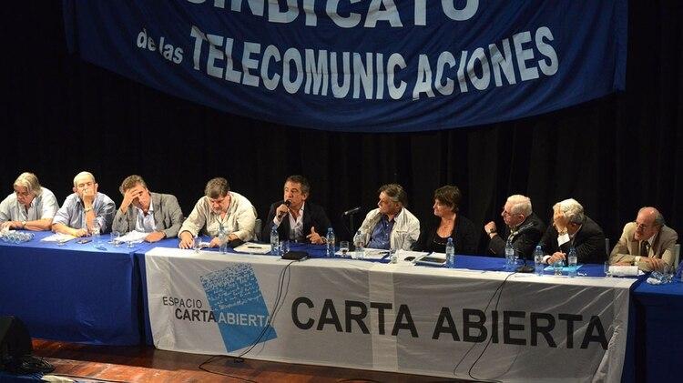 El grupo Carta Abierta nació durante el conflicto con el campo, en respaldo a la gestión de CFK. Aquí en un seminario junto al ex gobernador de Entre Ríos, Sergio Uribarri, sentado a su lado(NOTICIAS ARGENTINAS)