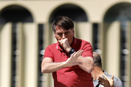 Bolsonaro tuvo que interrumpir su discurso por una crisis de tos (Sergio LIMA / AFP)