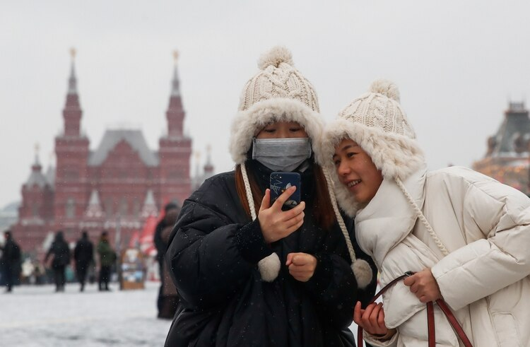 Turistas posan en la Plaza Roja de Moscú (Reuters)