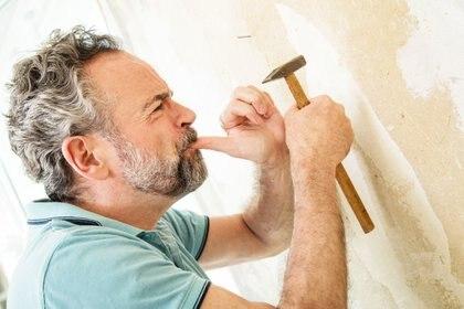 ILUSTRACIÓN - No es raro que algún golpe de martillo dé en un dedo en lugar de en el clavo. Foto: Christin Klose/dpa