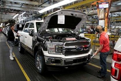 Amedida que avanza la pandemia, se ha visto amenazada la capacidad de las fábricas estadounidenses de seguir con la construcción de vehículos (Fotos: Reuters/Rebecca Cook)