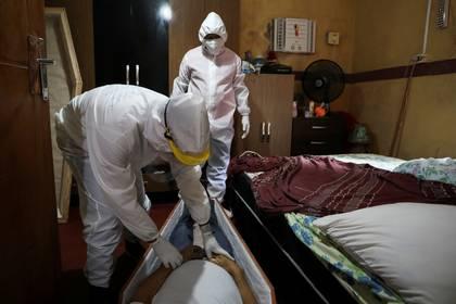 Tratamiento del cuerpo de una víctima de coronavirus en Manaos, Braisl (Reuters)