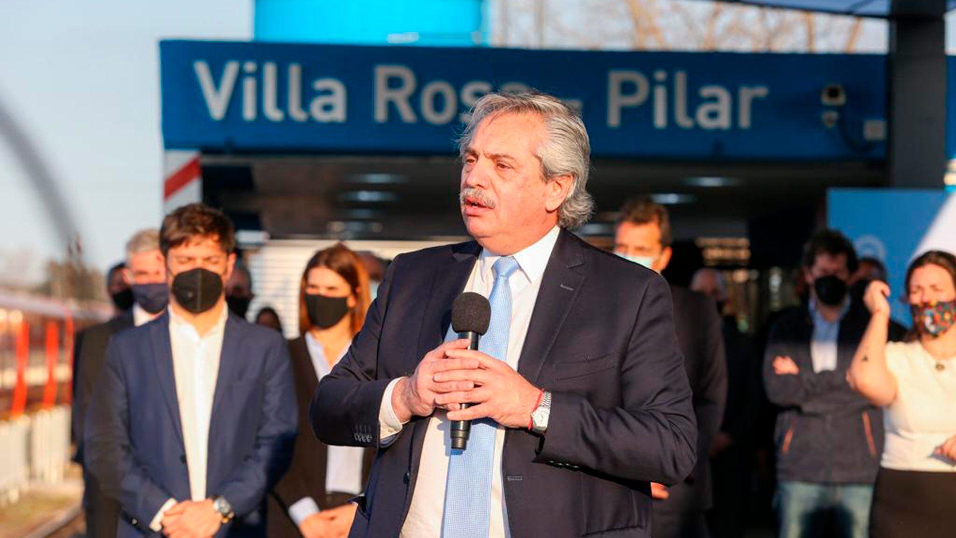 Fernández anuncia obras públicas en la estación Villa Rosa, Pilar y 3 de Febrero
