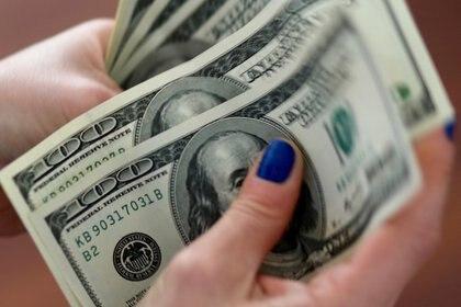 Imagen de archivo de una mujer contando dólares en su casa en Buenos Aires, Argentina. 28 agosto 2018. REUTERS/Marcos Brindicci