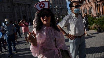 La convocatoria, que se realizó en redes sociales, pedía a los que iban a manifestar que llevaran banderas argentinas y que utilicen su barbijo como medida de protección frente al COVID-19