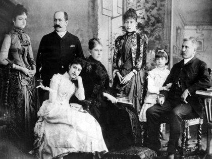 Foto del ex mandatario con miembros de su familia tras su exilio en Francia (Foto: Especial)