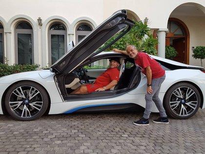 El BMW i8, su primer auto híbrido, en Dubái.