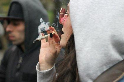 02/10/2018 Chica fumando porro ESPAÑA EUROPA MADRID SALUD FLICKR/ STACIE DAPONTE