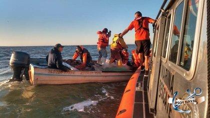 Miembros de la ENSAR de la Cuarta Región Naval rescataron a cinco pescadores de camarón a 32 millas náuticas al suroeste de Guaymas, Sonora (Foto: Twitter@SEMAR_mx)