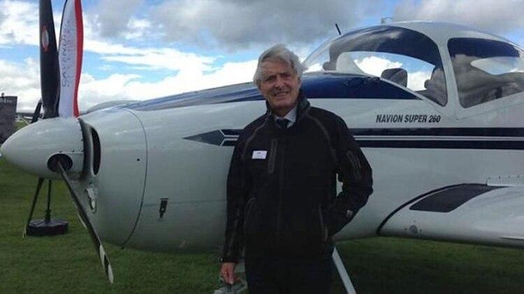 Dave Henderson tiene 60 años y desde 2006 maneja esta clase de aviones