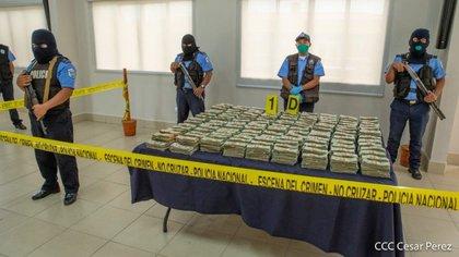 La Policía nicaragüense muestra más de un millón y medio de dólares capturados el 19 de julio en Malpaisillo. (Foto 19 Digital)