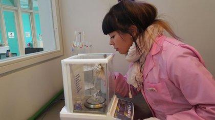 Brisa Figueroa, del tercer año de la Escuela Técnica de la UNSAM en el laboratorio (Pablo Carrera Oser – Archivo Escuela Secundaria Técnica UNSAM)