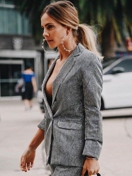 """La influencer y empresaria Sofía Riganti optó por un traje de sastre con escote en """"V"""" para la semana de la moda (Foto: Lorena G./ Instagram: @used.issue)"""