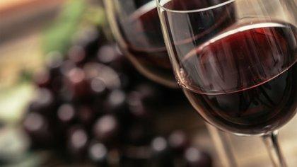 Un informe reciente realizado en el Reino Unido sostiene que el consumo moderado de bebidas alcohólicas podría evitar el desarrollo de cataratas (Shutterstock)