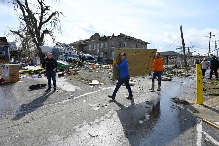 El gobernador, que ha recorrido y visitado varias áreas afectadas, ya se ha comunicado con la Casa Blanca para informar sobre la situación y agilizar el envío de ayuda a fin de comenzar a reconstruir la zona devastada (REUTERS/Harrison McClary)
