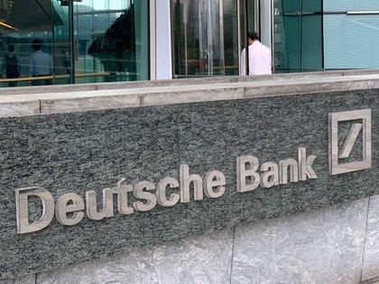 FOTO DE ARCHIVO: El logotipo de Deutsche Bank en Hong Kong, China, el 8 de julio de 2019. REUTERS/Tyrone Siu
