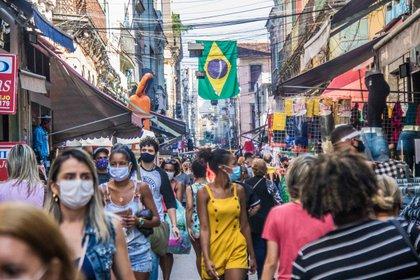 Río de Janeiro: las máscaras faciales son de uso común mientras se camina en Sahara, la popular zona comercial en el centro de la ciudad (DPA)